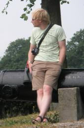 JT00971 Marijn leaning against canon at Elburg 1
